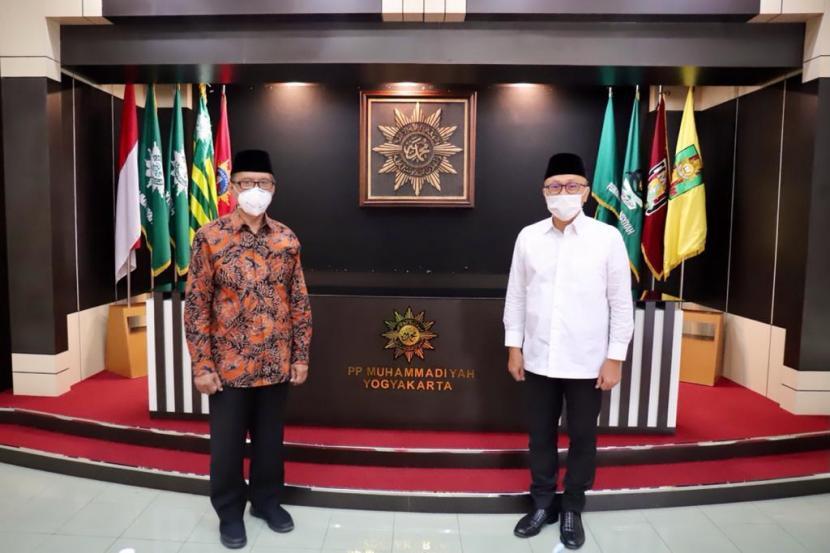 Ketua Umum DPP PAN Zulkifli Hasan bersama pengurus DPP PAN lainnya, bersilaturahim ke PP Muhammadiyah, Senin (14/6). Foto Zulkifli Hasan (kanan) bersama Ketua Umum PP Muhammadiyah Haedar Nashir.