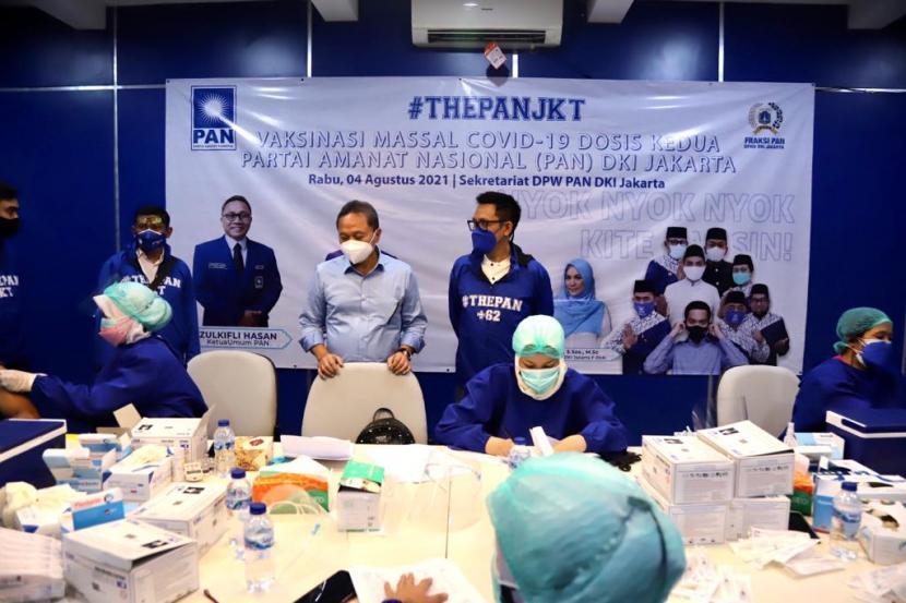 Ketua Umum DPP PAN Zulkifli Hasan dan Ketua DPW PAN DKI Jakarta Eko Patrio, saat mengikuti pelaksanaan vaksinasi tahap kedua yang diselenggarakan DPW PAN DKI Jakarta, Rabu (4/8).