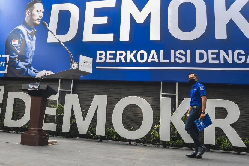 Ketua Umum DPP Partai Demokrat Agus Harimurti Yudhoyono (AHY) berjalan saat akan memberikan keterangan pers di kantor DPP Partai Demokrat , Jakarta, Senin (1/2/2021). AHY menyampaikan adanya upaya pengambilalihan kepemimpinan Partai Demokrat secara paksa, di mana gerakan itu melibatkan pejabat penting pemerintahan, yang secara fungsional berada di dalam lingkaran kekuasaan terdekat dengan Presiden Joko Widodo.