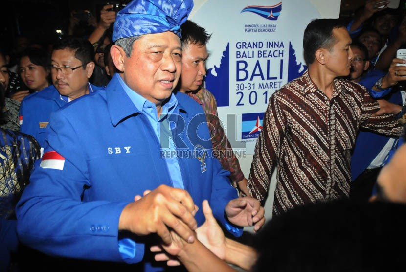 Ketua Umum DPP Partai Demokrat terpilih Susilo Bambang Yudhoyono, menyapa kader partainya usai berpidato politik di Sanur,Denpasar,Sabtu (30/3). (Republika/Aditya Pradana Putra)