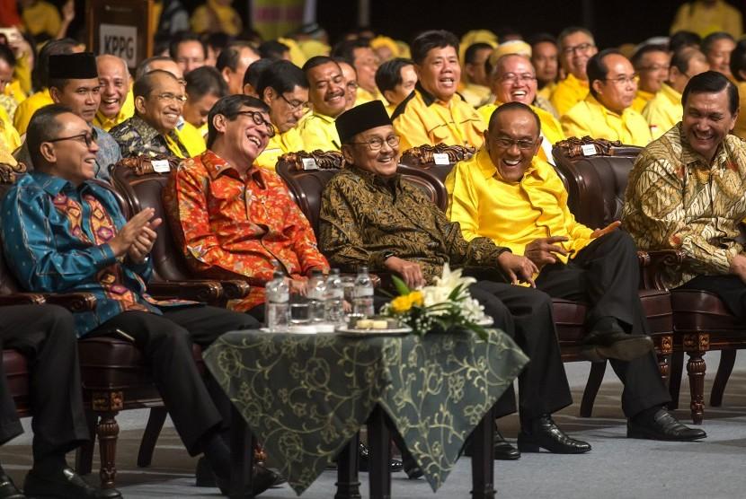 Ketua Umum DPP Partai Golkar, Aburizal Bakrie (kedua kanan); Presiden ke-3 RI yang juga sesepuh Partai Golkar B.J. Habibie (tengah); Ketua MPR yang juga Ketua Umum DPP PAN, Zulkifli Hasan (kiri); Menko Polhukam, Luhut Panjaitan (kanan); dan Menkumham, Yaso