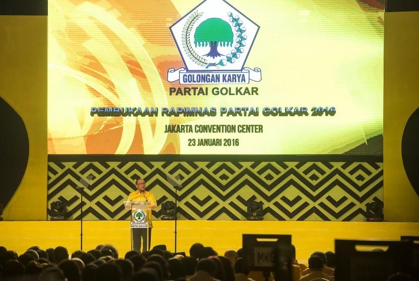 Ketua Umum DPP Partai Golkar, Aburizal Bakrie, menyampaikan pidato politiknya pada acara Pembukaan Rapimnas Partai Golkar Tahun 2016 di JCC, Jakarta, Sabtu (23/1).