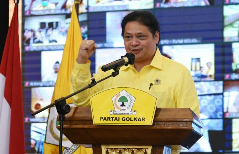 Ketua Umum DPP Partai Golkar Airlangga Hartarto saat memberi pengarahan kader di Colomadu, Karanganyar, Jawa Tengah, Jumat (18/6).