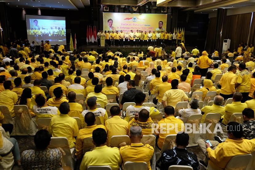 [ilustrasi] Ketua Umum DPP Partai Golkar Airlangga Hartarto (tengah) didampingi pengurus partai saat menghadiri deklarasi dukungan menjadi Ketua Umum periode 2019-2024, di Medan, Sumatera Utara, Senin (29/7/2019).