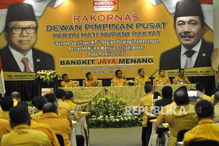 Ketua Umum DPP Partai Hanura Oesman Sapta Odang (ketiga kiri) bersama Wakil Ketua Umum DPP Hanura Nurdin Tampubolon (kiri) , Daryatmo (ketiga kanan), Gede Pasek Suardika (kanan), Sekjen DPP Hanura Syarifuddin Sudding (kedua kiri) dan Bendahara Umum DPP Hanura Zulnahar Mulyadi (kedua kanan) saat Rapat Koordinasi Nasional (Rakornas) Partai Hanura di Hotel Ratu, Serang, Banten, Senin (25/9).