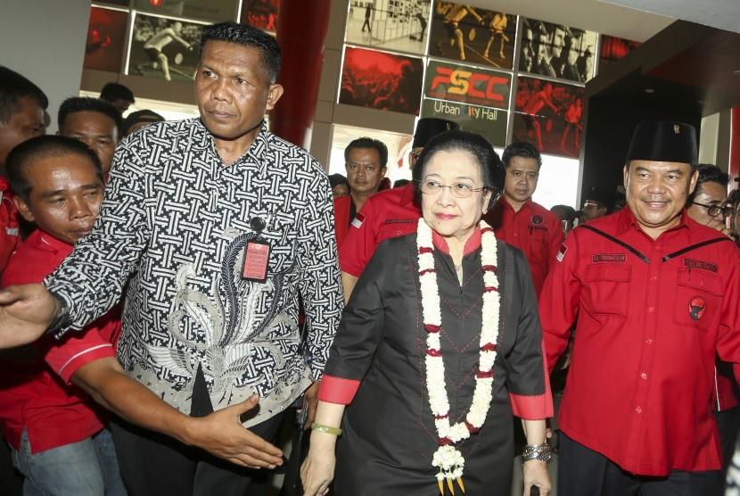 Megawati Soekarnoputri (tengah)