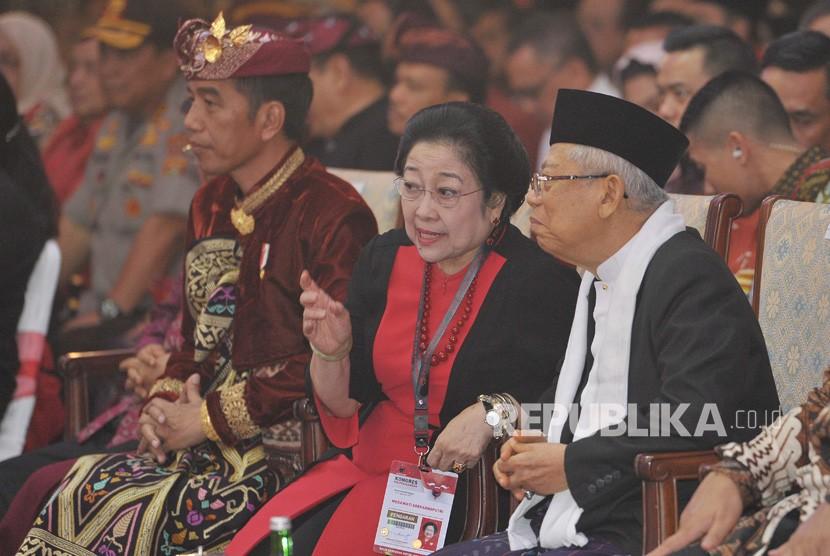 Ketua Umum DPP PDIP Megawati Soekarnoputri (kedua kanan) bersama Presiden Joko Widodo (kiri) berbincang dengan Wakil Presiden terpilih Ma'ruf Amin (kanan) pada pembukaan Kongres V PDIP di Sanur, Bali, Kamis (8/8/2019).