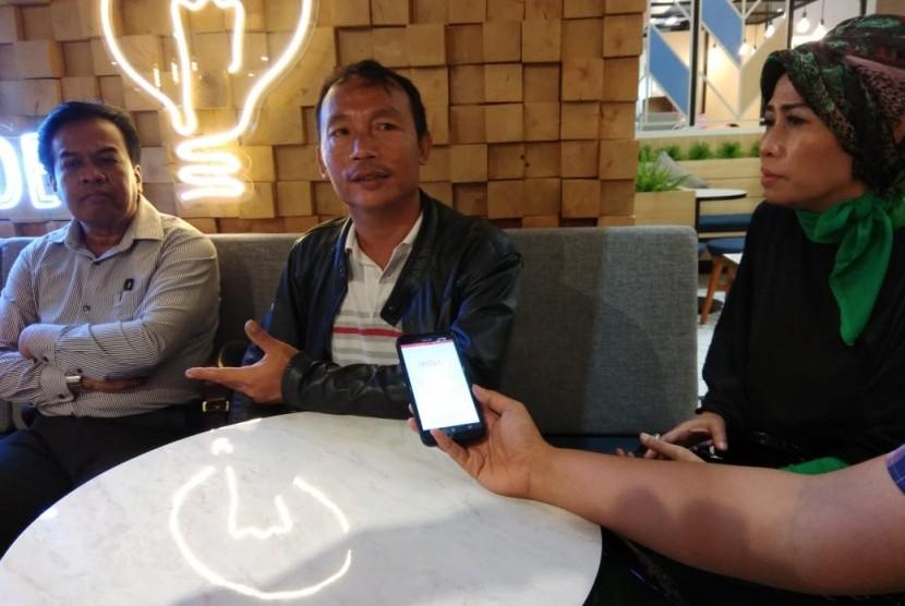 Ketua Umum Federasi Buruh Transportasi Pelabuhan Indonesia-Konfederasi Persatuan Buruh Indonesia (FBTPI-KPBI), Abdul Rosid (kiri)