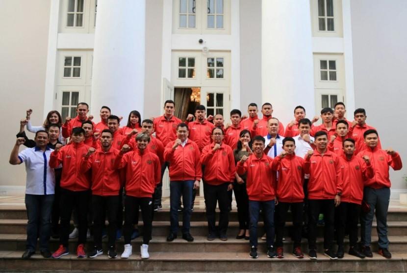 Ketua Umum Federasi Futsal Indonesia (FFI) Hary Tanoesoedibjo berfoto bersama Timnas Futsal Indonesia yang akan berlaga di kejuaraan tingkat ASEAN di Vietnam, 26 Oktober-3 November 2017 mendatang