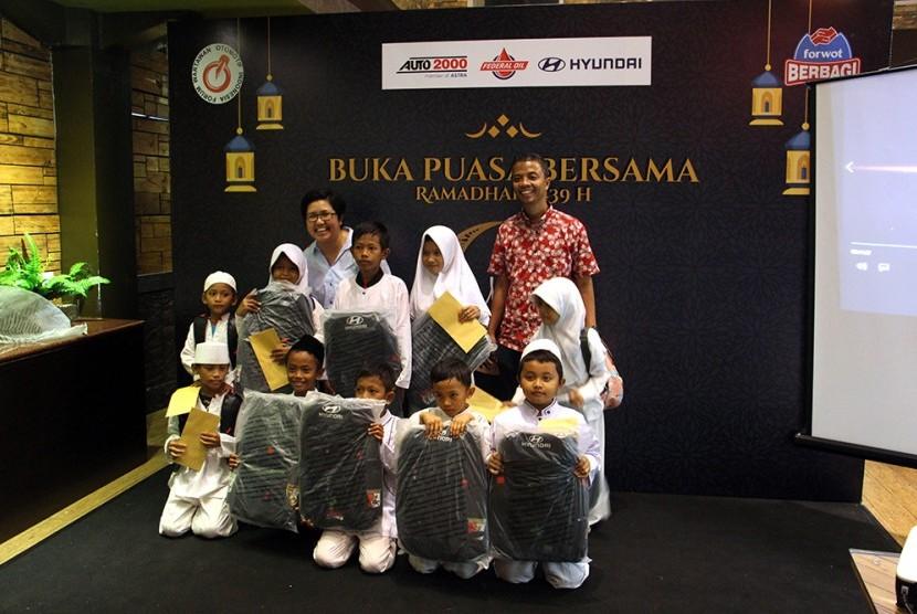 Ketua Umum Forwot, Indra Prabowo berpose usai memberikan donasi kepada anak yatim