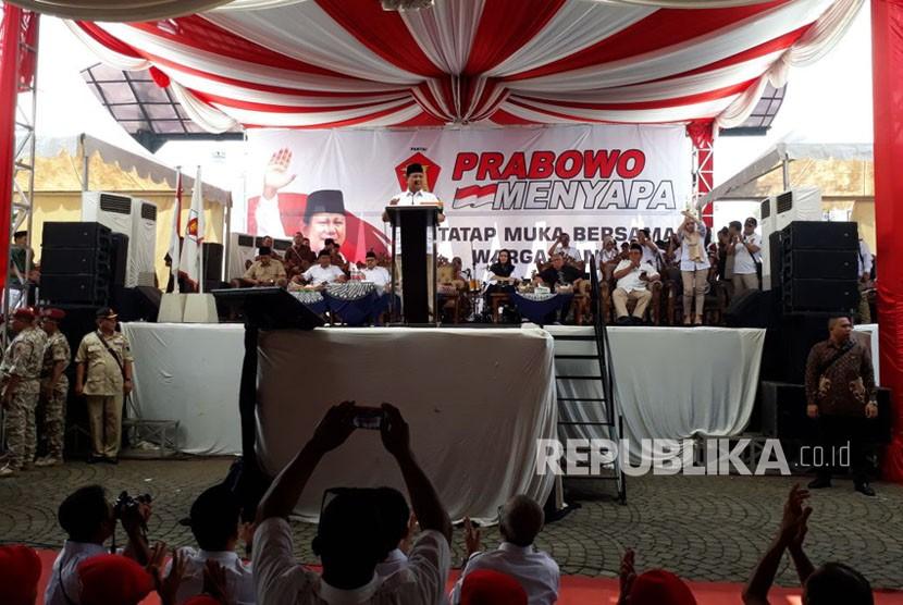 Ketua Umum Gerindra Prabowo Subianto menyampaikan pidato politik dalam rapat akbar yang berlangsung di taman kota Andang Pangrenan Purwokerto Kabupaten Banyumas, Senin (14/5)