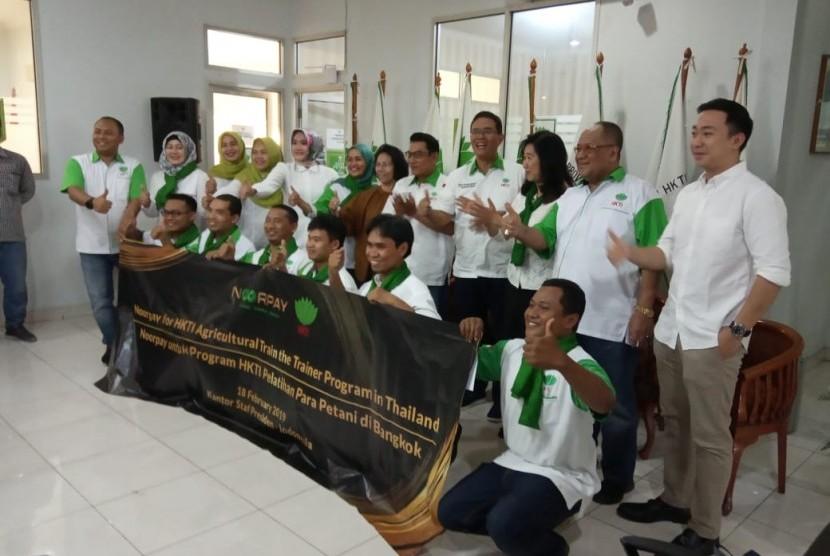 Ketua Umum HKTI, Moeldoko, melepas petani HKTI yang akan ikut pelatihan di Thailand,  di sekretariat HKTI Jakarta, Ahad (17/2).