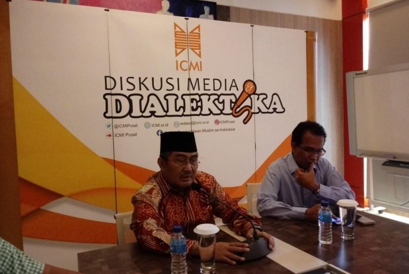 Ketua Umum ICMI Jimly Asshiddiqie dan Ketua Koordinasi Bidang Advokasi Hukum ICMI Ifdhal Kasim dalam temu media bertajuk Sikap ICMI terhadap sidang HTI di Kantor Pusat ICMI, Cikini, Jakarta, Rabu (9/5).