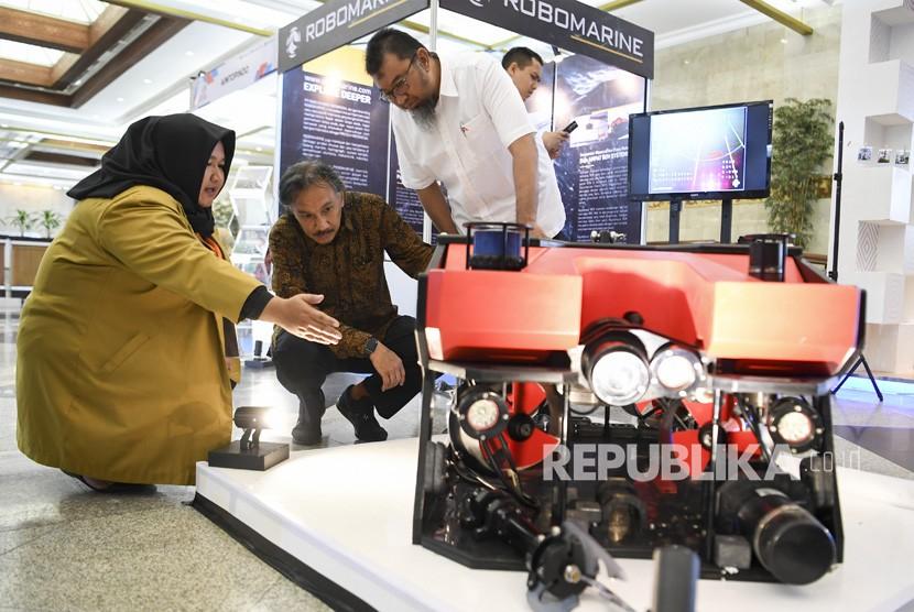 Ketua Umum Ikatan Alumni Institut Teknologi Bandung (IA ITB) Ridwan Djamaluddin (tengah) dan Direktur Re-Industrialisasi IA ITB Achmad Rizal (kanan) melihat robot bawah air yang dipamerkan dalam Indonesianisme Summit 2019 di Jakarta Convention Center (JCC), Jakarta, Selasa (13/8/2019).