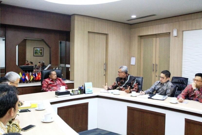Ketua Umum Ikatan Alumni Universitas Indonesia (Iluni UI) Arief Budhy Hardono (ketiga dari kanan) saat berdiskusi dengan Menteri Koordinator Bidang Perekonomian Darmin Nasution di kantor Kemenko Perekonomian, beberapa waktu lalu.