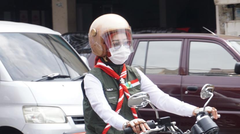 Ketua Umum Jabar Bergerak, Atalia Praratya Kamil mengunjungi Kampung Leuwi Daun, Kelurahan Paminggir, Kecamatan Garut Kota, Kabupaten Garut untuk memberikan bantuan rutilahu kepada masyarakat, Jumat (19/2).