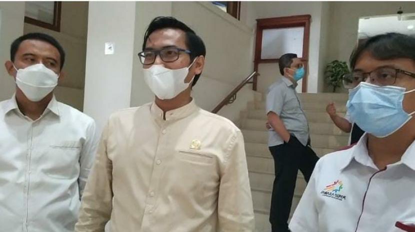 Ketua Umum Jawara Depok Ubaidilah Saleh (kanan) usai bertemu dengan perwakilan Fraksi PKS DPRD Kota Depok, Senin (19/10). Salah satu yang dibicarakan dalam pertemuan tersebut adalah menyikapi razia pedagang olahan makanan khususnya frozen food yang diancam denda dan pidana karena tak memiliki izin BPOM.