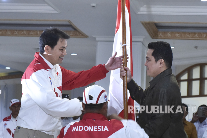 Ketua Umum Komite Olimpiade Indonesia (KOI) Erick Thohir (kanan) dan Chef de Mission (CDM) Kontingen SEA Games Indonesia, Aziz Syamsuddin.