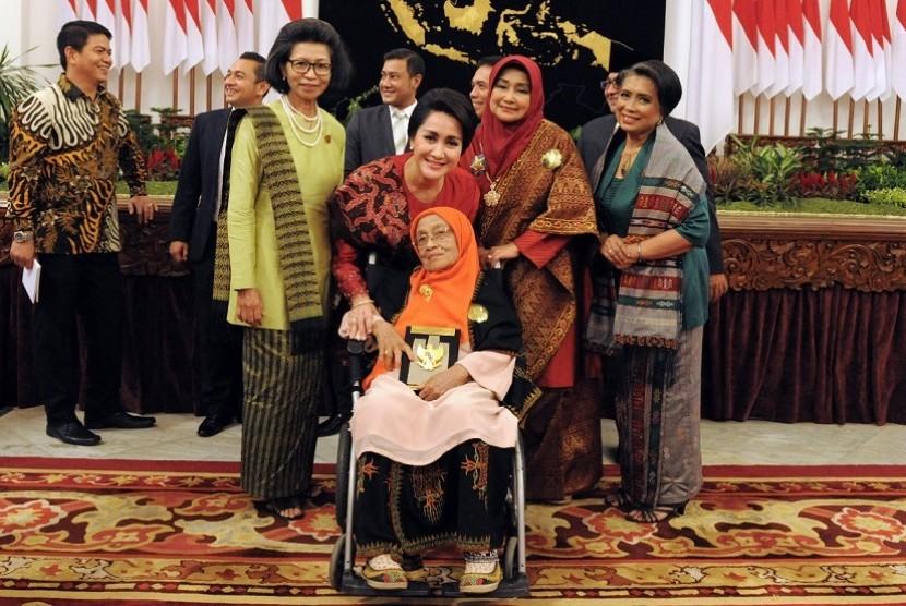 Ketua Umum Kongres Wanita Indonesia (Kowani) Giwo Rubianto Wiyogo (kedua kiri) dengan keluarga Laksamana Malahayati.