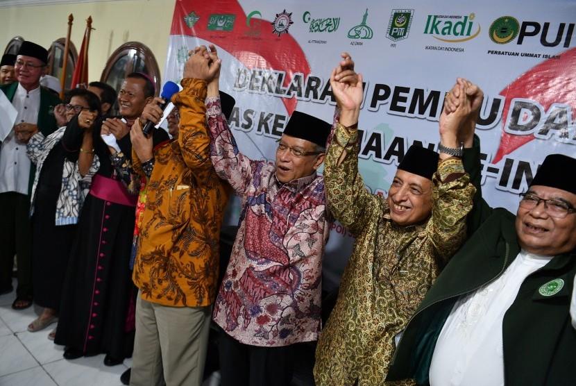 Ketua Umum Lembaga Persahabatan Ormas Islam (LPOI) Said Aqil Siradj (ketiga kanan) bersama sejumlah tokoh ormas dan pemuka agama melakukan Deklarasi Pemilu Damai Ormas Keagamaan Se-Indonesia di Kantor LPOI, Jakarta, Jumat (22/3/2019).