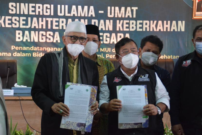 Ketua Umum MUI KH Miftahul Akhyar (kiri) dan Ketua Dewan Pembina ACT Ahyudin (kanan) melakukan penandatanganan nota kesepahaman (MoU) kolaborasi kebangsaan untuk kerjasama dalam bidang pangan, ekonomi, pendidikan dan kesehatan di Kantor MUI, Jakarta, Selasa (22/6).