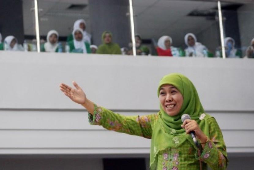 Ketua umum Muslimat NU Khofifah Indar Parawansa yang juga juru bicara tim sukses capres Jokowi-Jusuf Kalla, memberikan orasi politiknya di depan ribuan Ibu kader Muslimat NU