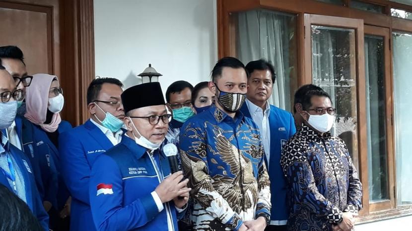 Ketua Umum PAN Zulkifli Hasan dan Ketua Umum Partai Demokrat Agus Harimurti Yudhoyono (AHY) usai melakukan pertemuan tertutup di kantor DPP PAN, Jakarta, Rabu (29/7).