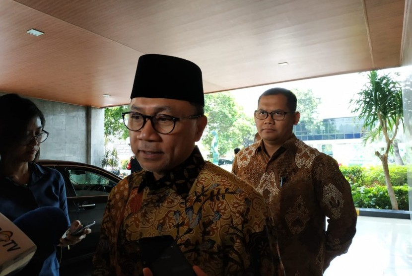 Ketua Umum PAN, Zulkifli Hasan, memberikan keterangan usai menjenguk Menkopolhukam Wiranto di RSPAD Gatot Subroto, Jakarta Pusat, Sabtu (12/10).  Menurut Zulkifli, Wiranto sudah mulai berlatih berdiri dan duduk.