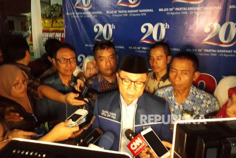 Ketua Umum PAN Zulkifli Hasan menyampaikan keterangan pers dalam rangka ulang tahun PAN ke-20 di Kantor DPP PAN, Jakarta, Kamis (23/8).
