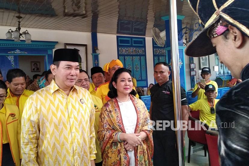 Ketua Umum Partai Berkarya Hutomo Mandala Putra (Tommy Soeharto) dan Sekjen Partai Berkarya Priyo Budi Santoso berfoto bersama dengan Siti Hediati Hariyadi (Titiek Soeharto) yang baru bergabung ke Partai Berkarya di Yogyakarta, Senin (11/6).