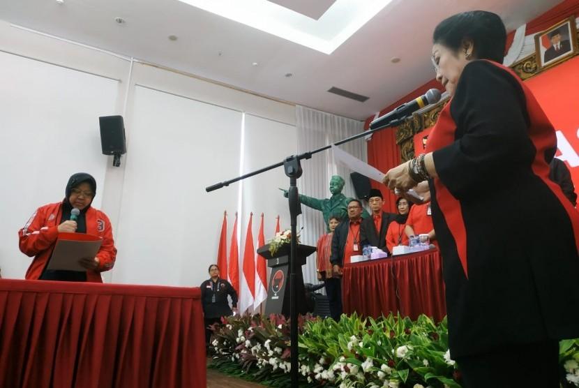 Ketua Umum Partai Demokrasi Indonesia Perjuangan (PDIP), Megawati Soekarnoputri, melantik Wali Kota Surabaya, Tri Rismaharini, sebagai Ketua Bidang Kebudayaan DPP PDIP masa bakti 2019-2024, di Kantor DPP PDIP, Senin (19/8).