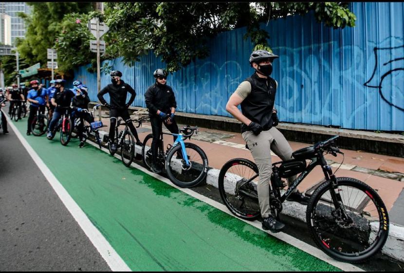 Ketua Umum Partai Demokrat Agus Harimurti Yudhoyono (AHY) menyusuri jalur khusus sepeda di Jakarta.