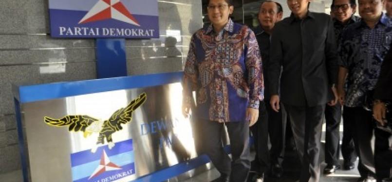 Ketua Umum Partai Demokrat Anas Urbaningrum (kiri) didampingi para petinggi Partai Demokrat.