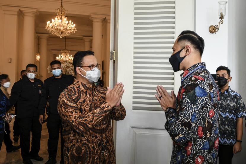 Ketua Umum Partai Demokrat (PD) Agus Harimurti Yudhoyono (kanan) memberi salam pada Gubernur DKI Jakarta Anies Baswedan (kiri) saat silaturahmi di Balai Kota DKI Jakarta, Jakarta Pusat, Kamis (6/5/2021).