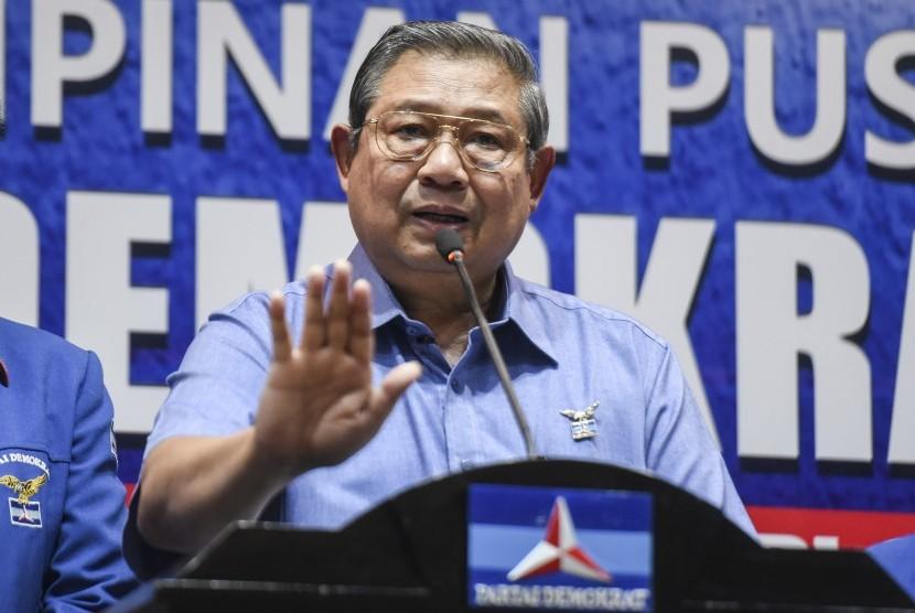 Ketua Umum Partai Demokrat Susilo Bambang Yudhoyono memberikan pengantar sebelum melakukan rapat terkait revisi UU Ormas di DPP Partai Demokrat, Jakarta, Senin (30/10).