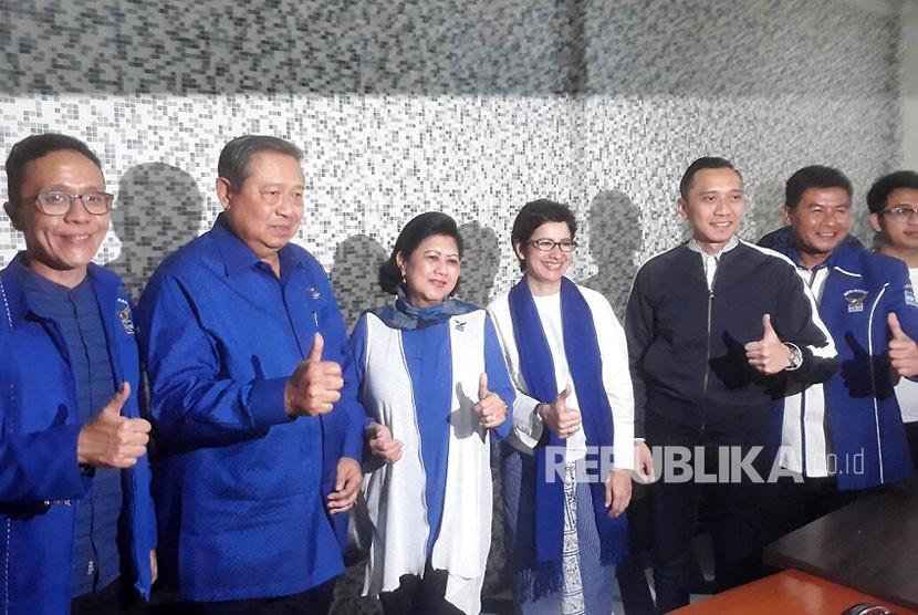 Ketua Umum Partai Demokrat, Susilo Bambang Yudhoyono mengunjungi posko pemenangan pasangan bakal calon Wali Kota dan Wakil Wali Kota Bandung, Nurul Arifin dan Chairul Yaqin Hidayat, Selasa (9/1).