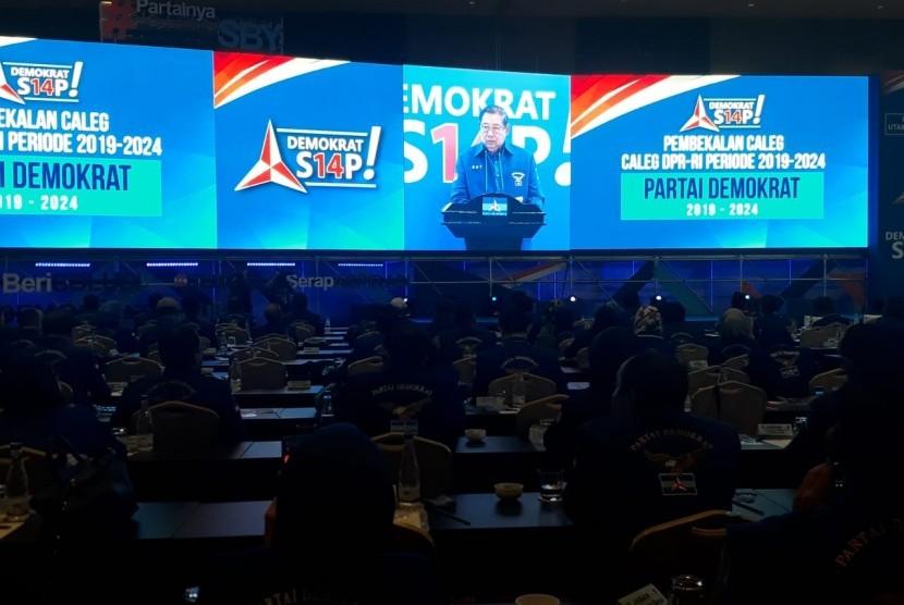 Ketua Umum Partai Demokrat Susilo Bambang Yudhoyono (SBY) saat memberi sambutan dalam pembekalan calon anggota DPR Partai Demokrat di Hotel Sultan, Jakarta, Sabtu (10/11).