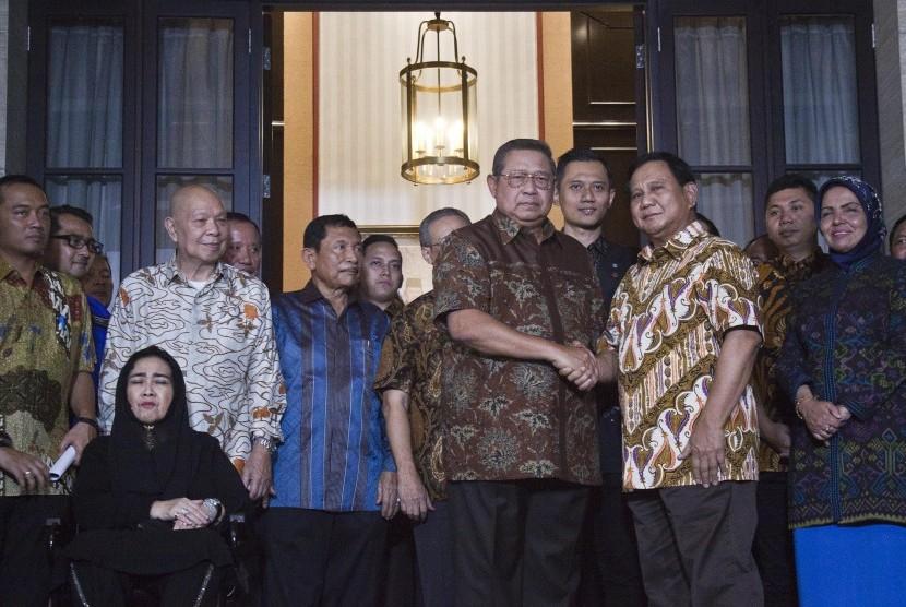 Ketua Umum Partai Demokrat Susilo Bambang Yudoyono (kelima kanani) bersama Calon Presiden nomor urut 02 Prabowo Subianto (ketiga kanan) berjabat tangan usai melakukan petemuan tertutup di Kediaman Susilo Bambang Yudhoyono di kawasan Mega Kuningan, Jakarta, Jumat (21/12/2018).