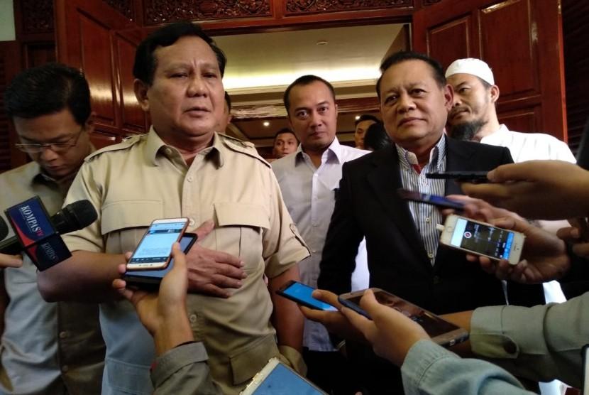Ketua Umum Partai Gerindra Prabowo Subianto bersama dengan Calon Gubernur Sudrajat di kediamannya di Kertanegara, Jakarta Selatan, Sabtu (7/7).