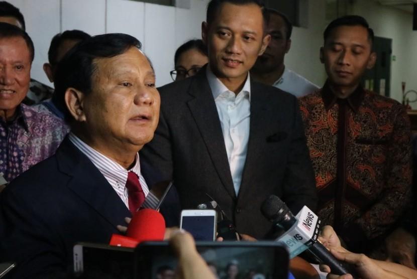 Ketua Umum Partai Gerindra Prabowo Subianto didampingi putra Ketua Umum Partai Demokrat Susilo Bambang Yudhoyono (SBY), Agus Harimurti Yudhoyono (AHY), dan Edhie Baskoro Yudhoyono di RSPAD Gatot Soebroto, Jakarta, Rabu (18/7).