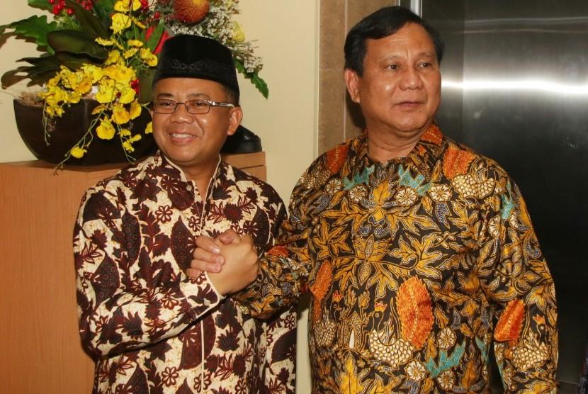 Ketua Umum Partai Gerindra Prabowo Subianto (kanan) berjabat tangan dengan Presiden PKS Sohibul Iman (kiri) saat melakukan pertemuan di DPP PKS, Jakarta, Senin (30/7).