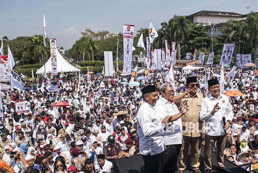 Ketua Umum Partai Gerindra Prabowo Subianto (kedua kanan) bersama Juru Kampanye Nasional Ahmad Heryawan (kedua kanan), calon Gubernur dan Wakil Gubernur Jawa Barat Sudrajat (kanan) dan Ahmad Syaikhu (kiri) berfoto seusai menyampaikan orasi pada kampanye akbar di Monumen Perjuangan Rakyat, Bandung, Jawa Barat, Sabtu (12/5).