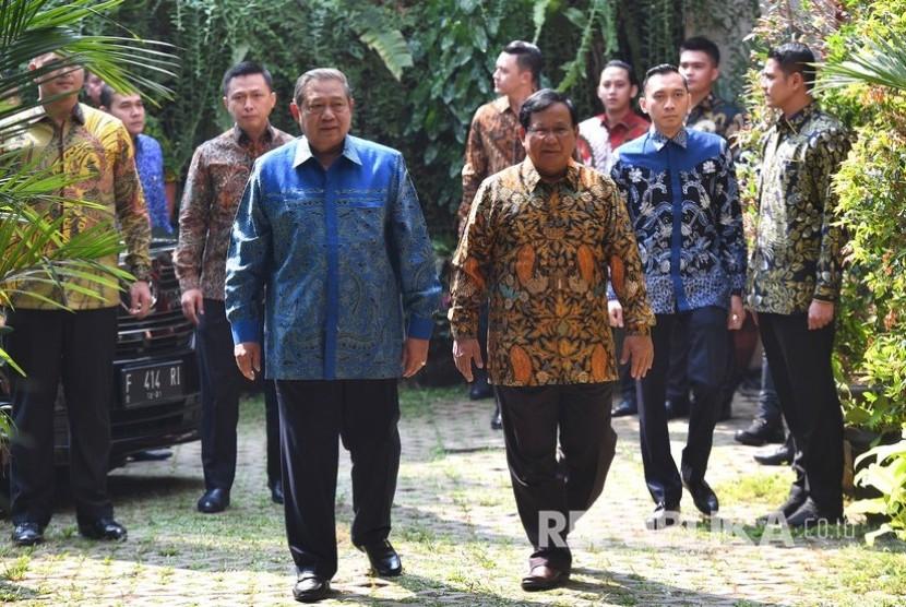 Ketua Umum Partai Gerindra Prabowo Subianto (ketiga kanan) menerima kunjungan Ketua Umum Partai Demokrat Susilo Bambang Yudhoyono (ketiga kiri) di kediaman Prabowo, Jalan Kertanegara, Jakarta Selatan, Senin (30/7).