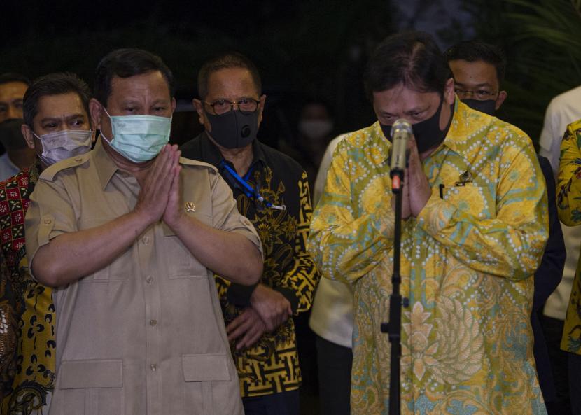 Ketua Umum Partai Gerindra Prabowo Subianto (kiri) dan Ketua Umum Partai Golkar Airlangga Hartarto (kanan).