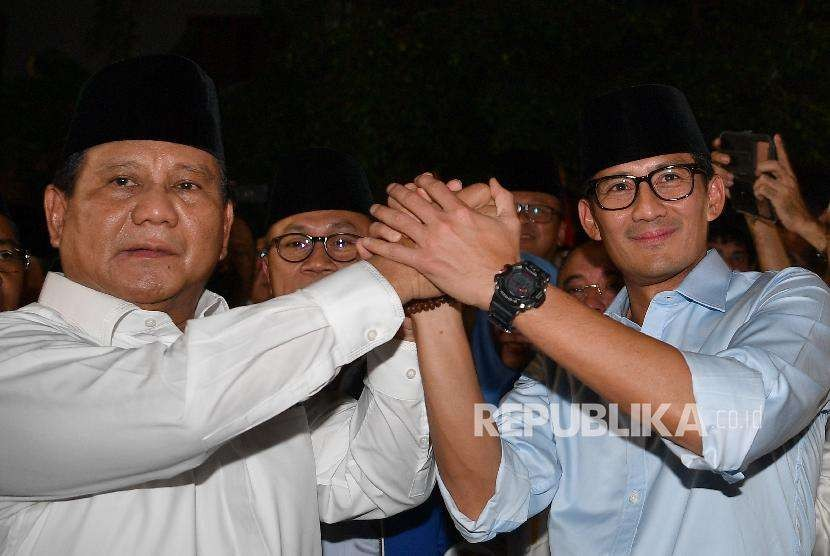 Presidential candidate of the opposition camp Prabowo Subianto (left) holds hands with his running mate Sandiaga Salahuddin Uno after declaring their candidacy in presidential election 2019, Jakarta, Thursday (Aug 10).