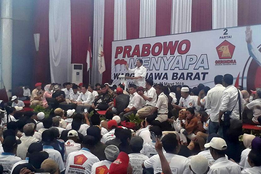 Ketua Umum Partai Gerindra, Prabowo Subianto melakukan kunjungan ke Kabupaten Bandung, Jumat (30/3). Bertempat di Hotel Sutan Raja, Prabowo bertemu dengan ribuan kader dan simpatisan Partai Gerindra.