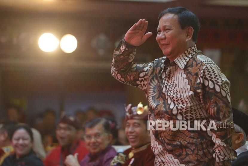 Ketua Umum Partai Gerindra Prabowo Subianto memberi hormat kepada Ketua Umum DPP PDIP Megawati Soekarnoputri saat hadir pada pembukaan Kongres V PDIP di Sanur, Bali, Kamis (8/8/2019).