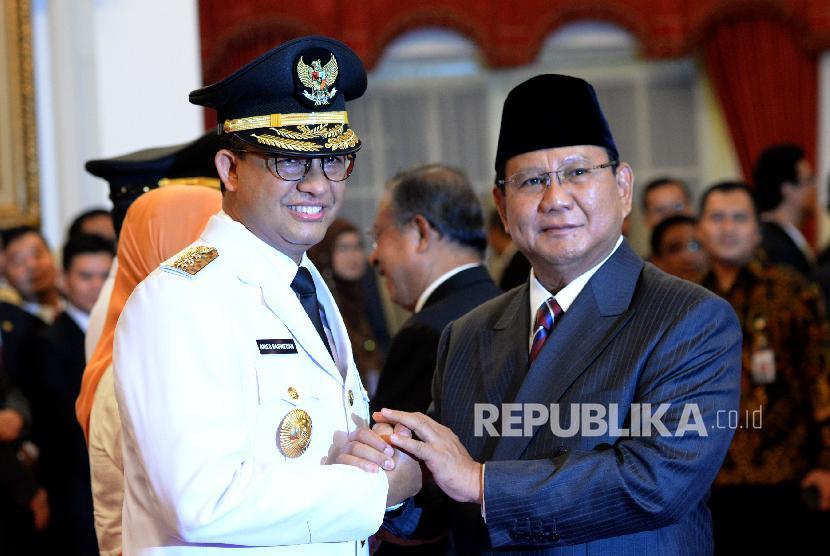 Ketua Umum Partai Gerindra Prabowo Subianto memberikan ucapan selamat kepada Anies Rasyid Baswedan yang dilantik menjadi gubernur DKI Jakarta periode 2017-2022 di Istana Negara.