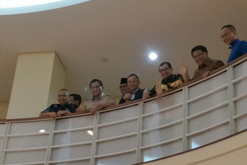 Ketua Umum Partai Gerindra, Prabowo Subianto mendatangi kantor DPP PKS, Ahad (24/12). Pertemuan juga dihadiri sejumlah tokoh yakni Ketua Majelis Syuro PKS Salim Segaf Aljufri, Presiden PKS Mohamad Sohibul Iman, Ketua Umum PAN Zulkifli Hasan dan Sekjen PAN Eddy Soeparno.