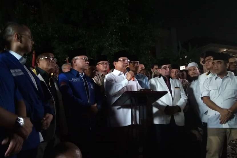 Ketua Umum Partai Gerindra Prabowo Subianto mengumumkan langsung nama Wakil Gubernur DKI Jakarta Sandiaga Uno sebagai cawapresnya di kediamannya di Jalan Kertanegara, Kebayoran Baru, Jakarta, Kamis (9/8).